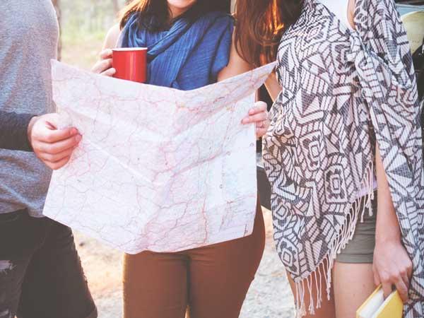 旅行をしている女性の友達