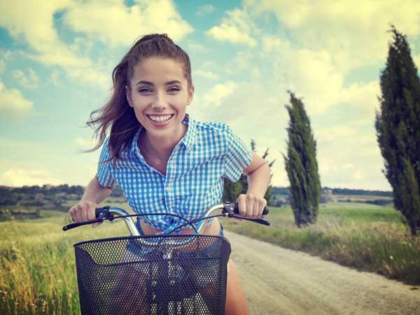 自転車を乗っている笑顔の女性