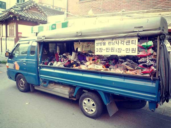 北村韓屋マウルエリアで見かけた靴下の移動販売