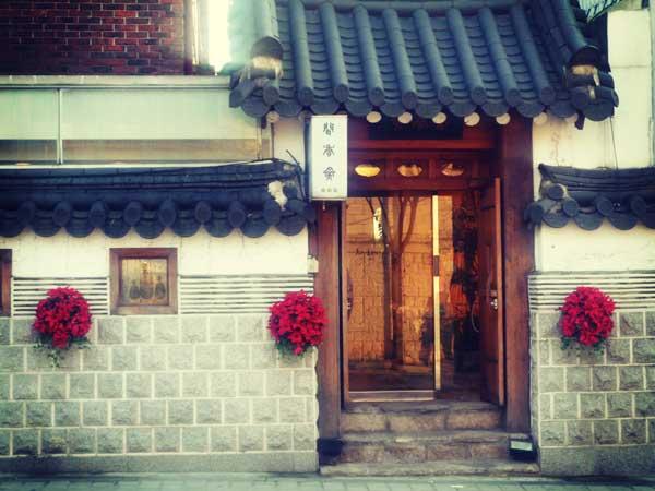 壁に美しい花が飾られている韓屋