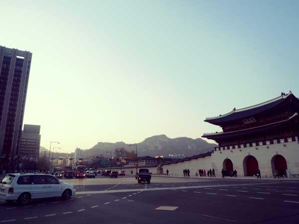 韓国の歴史ドラマの撮影も行われる景福宮と現代の街並み