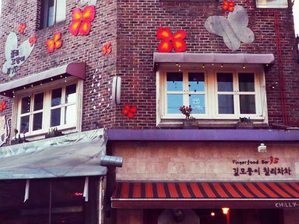 壁に蝶々のモチーフを飾っている韓国弘大の店