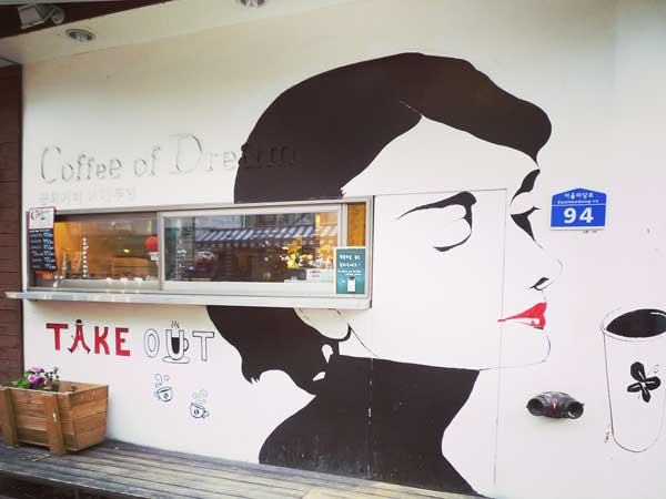 韓国弘大の駐車場通りにある素敵なカフェ