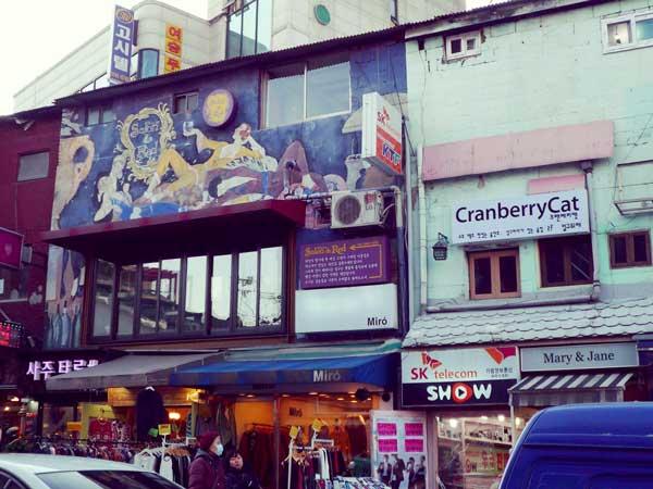 韓国弘大の駐車場通りのショップ