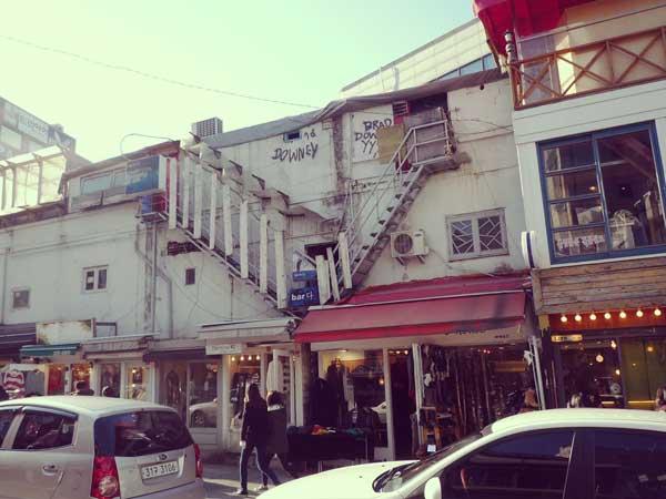 若者が買い物に訪れる韓国弘大の駐車場通りの様子