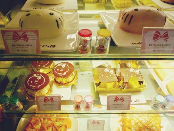 韓国弘大のキティカフェの商品棚に並ぶキティモチーフのスイーツ