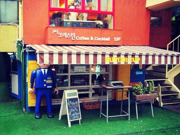 屋根が低くて不思議な世界観が漂う韓国弘大のカフェ