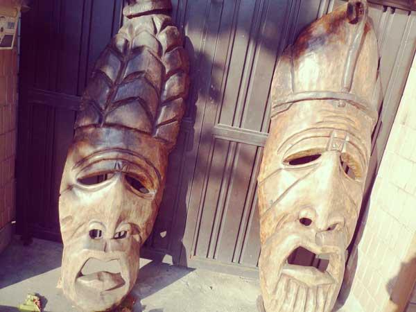 ホンデの街で発見した迫力のある木彫りアート