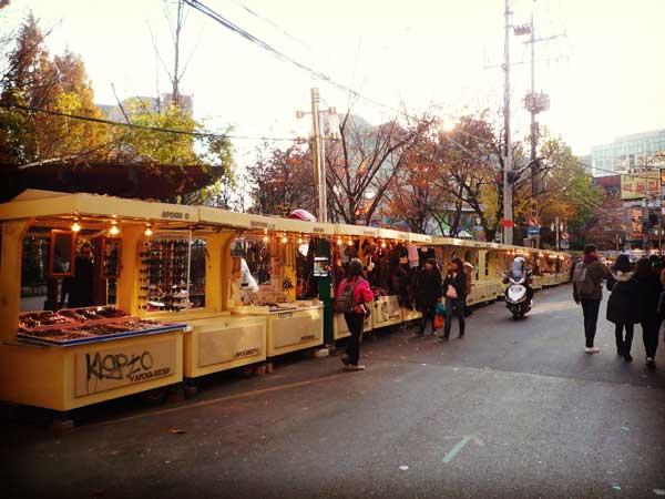 韓国の弘益公園で開催されるフリーマーケット