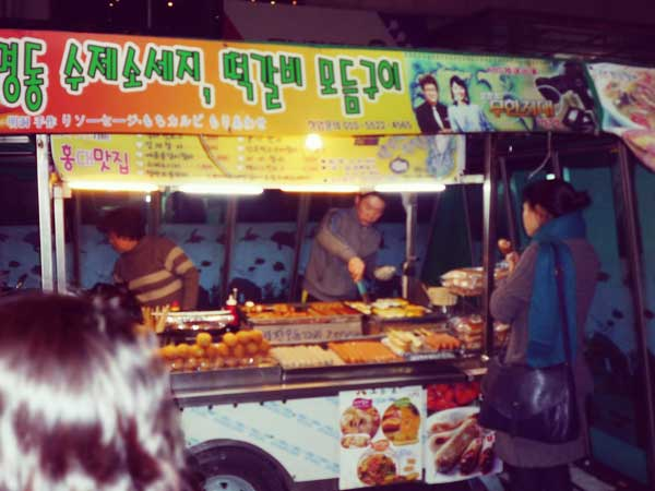 韓国弘大の夜の街に出現する屋台