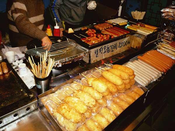 韓国弘大の屋台で売られているホットドック