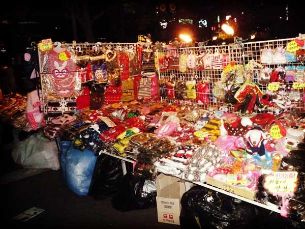 懐かしい雰囲気が漂う韓国ホンデの雑貨を売る屋台