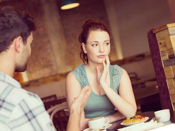 男性と会話をしているリアクションが薄い女性