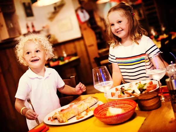 トラットリアの店内で食事をしている子供達