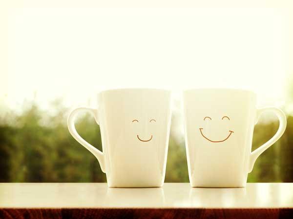 リラックスをイメージする二つの笑顔が書かれたコップ