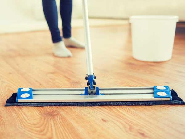ミニマリストの部屋を掃除する女性の足