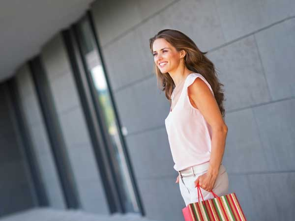 ショッピングをしている笑顔の女性