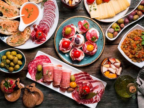 スペイン料理のタパスとサングリア