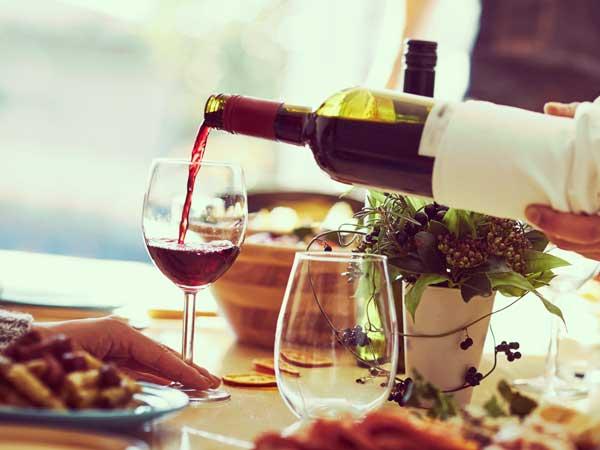 ワインをグラスに注ぐ手