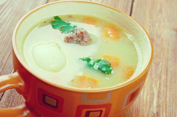 スープボウルに入っているドイツのスープ