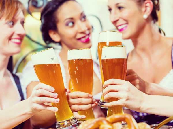 ピールで乾杯するドイツ人女性