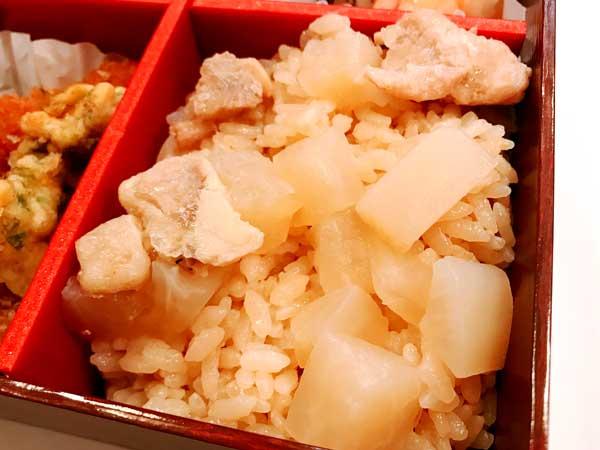 賛否両論弁当の中でも本格的な味に感動した鶏肉と焼大根煮の茶飯