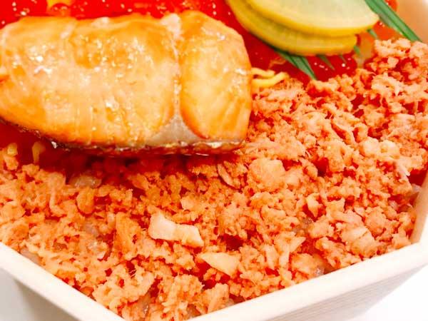 鮭フレークの量も多い鮭はらこ弁当