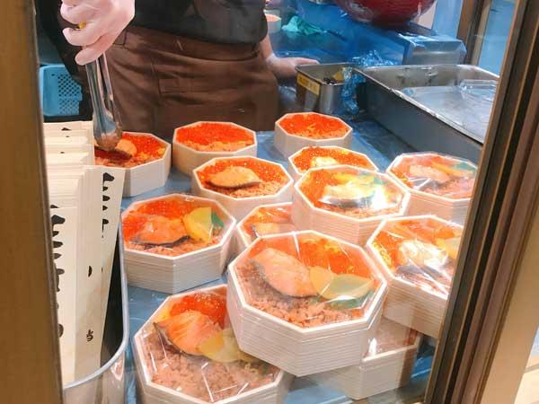 東京駅の駅弁屋祭で実演販売している鮭はらこ弁当