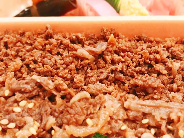 牛肉どまん中は牛肉煮と牛そぼろの違う食感が味わえる大人気の駅弁