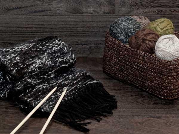 毛玉と手編みのマフラー