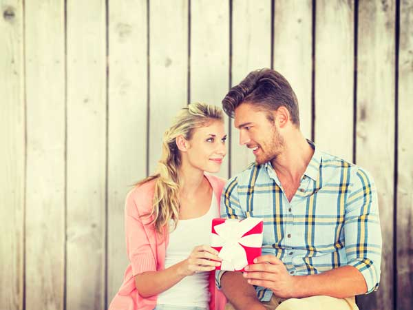 プレゼントを持つ笑顔のカップル