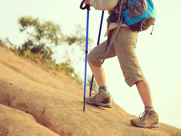 登山する男性の足