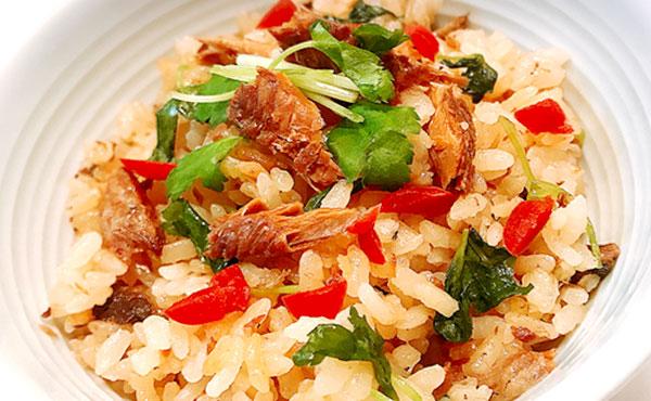 さんまの缶詰で作る炊込みご飯!カリカリ梅で他とは違う絶品に!