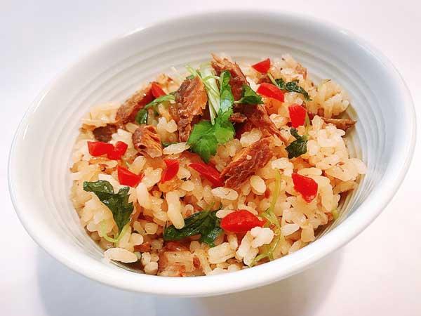 彩り豊かな秋刀魚とカリカリ梅の本格炊き込みごはん