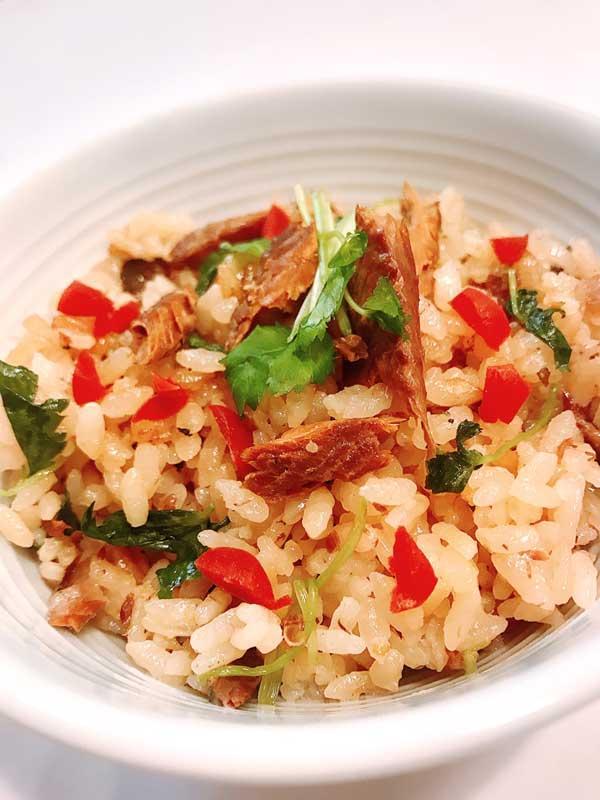 秋刀魚とカリカリ梅の本格炊き込みごはんのアップ