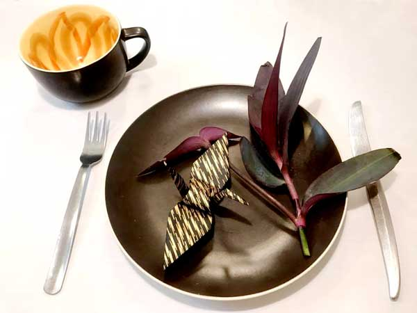 ダークな色の花を添えた黒の落ち着いた食器