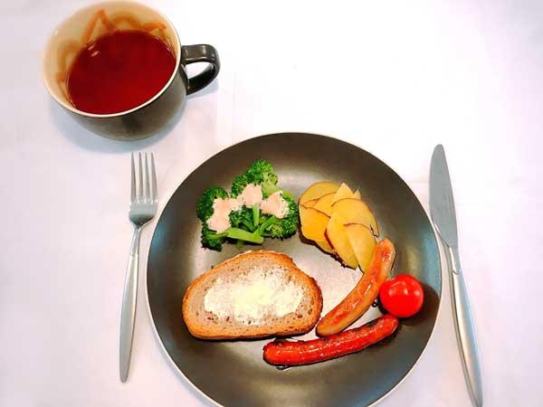 色鮮やかな料理が映える効果がある黒の食器コーディネート