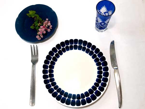 意外と料理の色が映える濃紺の食器コーディネート