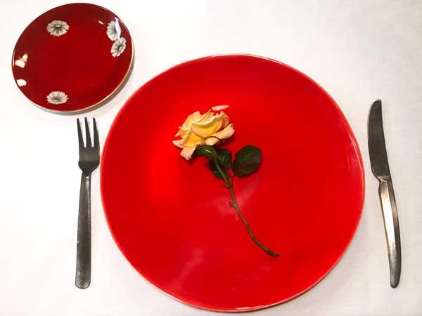 派手な赤と落ち着いたダークレッドの食器を組み合わせたコーディネート
