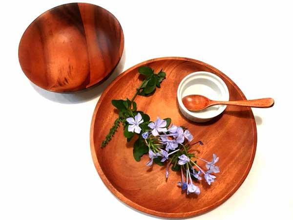 素朴な花を添えると自然な感じがアップする木製の皿とボウル