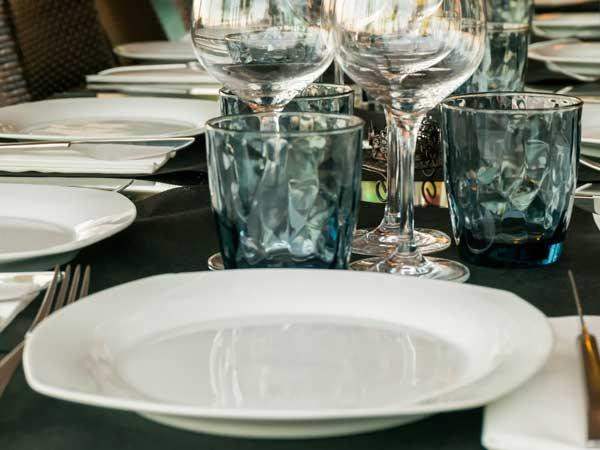 コース料理用に用意されたテーブルに乗った食器