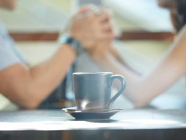 カフェで話をしている復縁した恋人