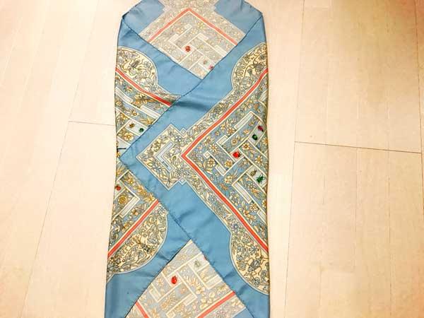 対角の山が重ならないように内側に折り合わせたスカーフ