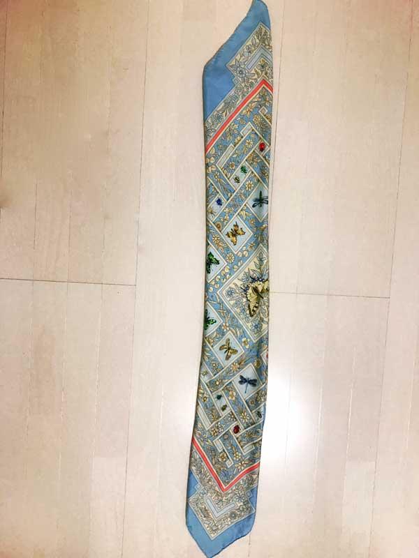 バイアス折りにしたスカーフ