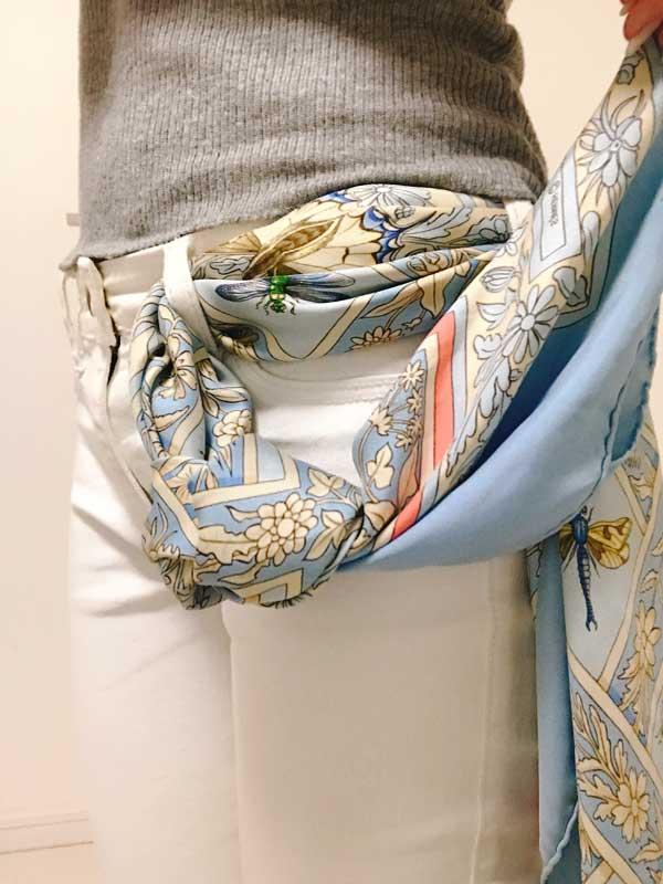 片側のスカーフを緩めの玉結びにした状態
