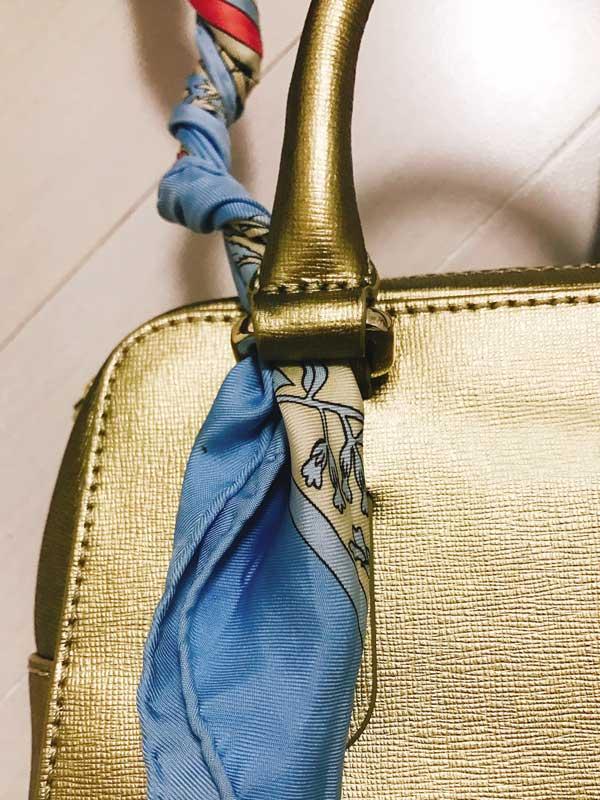 スカーフをバッグのショルダーとして活用するアレンジ術