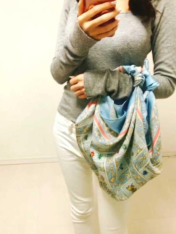 スカーフをハンドバッグとして活用した完成形