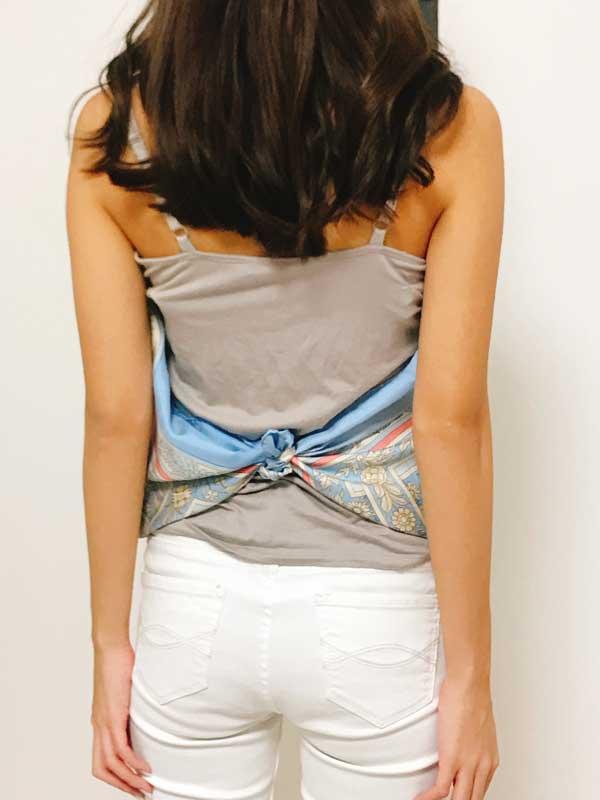 スカーフの両端を腰のあたりで結んだ状態