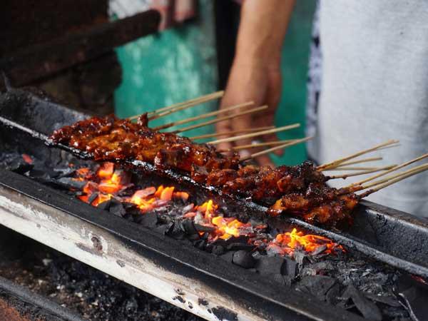 サテを焼いてるバリ島の市場の露店