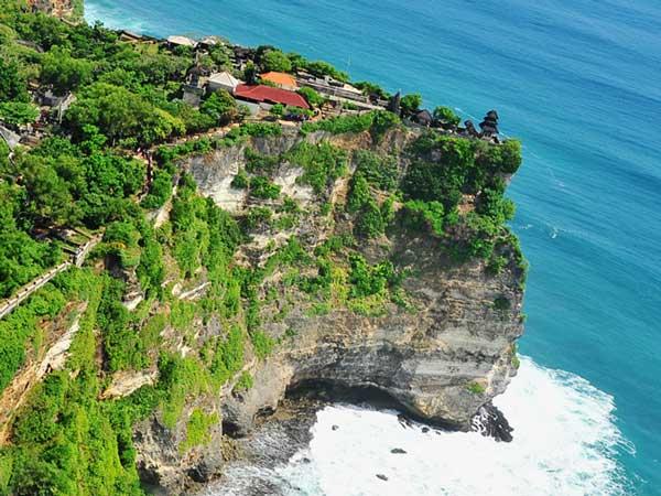 断崖絶壁に建ってられているパリ島のウルワツ寺院